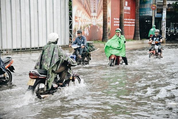 Người Sài Gòn té ngã trên đường ngập sâu, bỏ lại xe máy nằm lăn lóc dưới nước để bảo vệ đồ đạc - Ảnh 8.