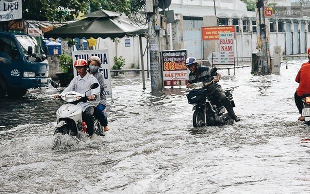 Người Sài Gòn té ngã trên đường ngập sâu, bỏ lại xe máy nằm lăn lóc dưới nước để bảo vệ đồ đạc - Ảnh 9.
