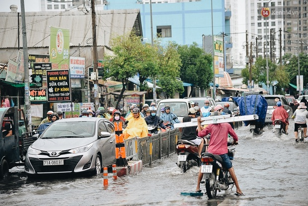 Người Sài Gòn té ngã trên đường ngập sâu, bỏ lại xe máy nằm lăn lóc dưới nước để bảo vệ đồ đạc - Ảnh 3.