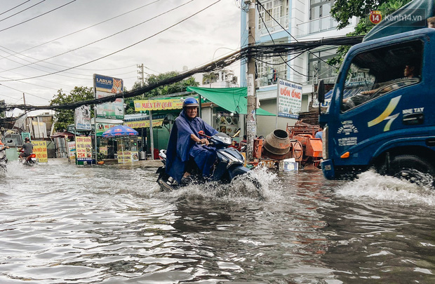 Người Sài Gòn té ngã trên đường ngập sâu, bỏ lại xe máy nằm lăn lóc dưới nước để bảo vệ đồ đạc - Ảnh 10.