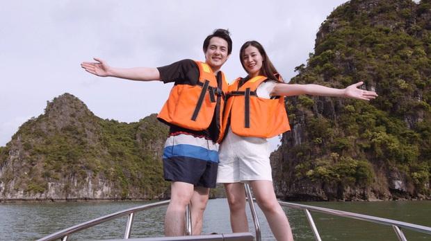"""""""Mẹ bầu"""" Đông Nhi dẫn cả gia đình đi du lịch vịnh Lan Hạ, tự tin thả dáng check-in trên du thuyền 5 sao cùng Ông Cao Thắng - Ảnh 3."""