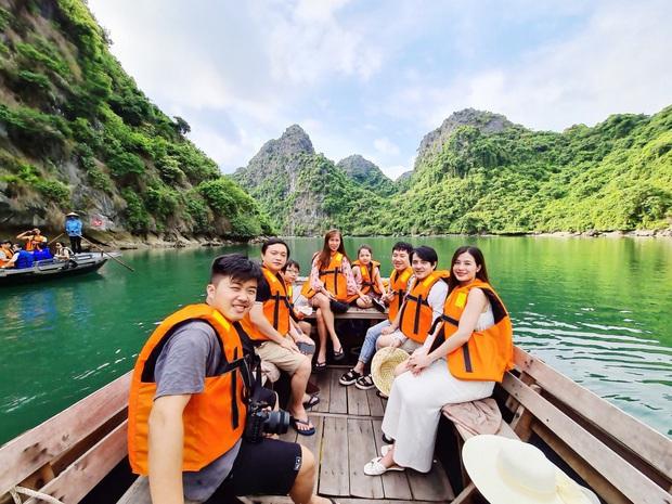 """""""Mẹ bầu"""" Đông Nhi dẫn cả gia đình đi du lịch vịnh Lan Hạ, tự tin thả dáng check-in trên du thuyền 5 sao cùng Ông Cao Thắng - Ảnh 10."""