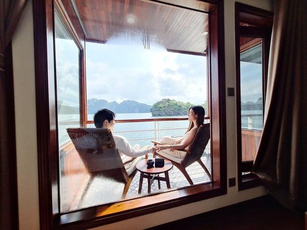 """""""Mẹ bầu"""" Đông Nhi dẫn cả gia đình đi du lịch vịnh Lan Hạ, tự tin thả dáng check-in trên du thuyền 5 sao cùng Ông Cao Thắng - Ảnh 8."""