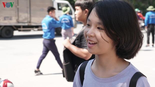 Thi lớp 10 chuyên KHTN: Học sinh than khó, phụ huynh vạ vật chờ con - Ảnh 3.