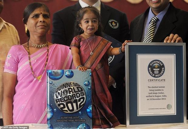 Cao 61cm và chỉ nặng hơn 5kg, cô gái từng sở hữu kỷ lục Guinness là người phụ nữ nhỏ nhất thế giới bây giờ ra sao - Ảnh 1.