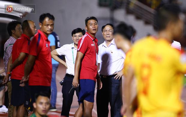 Bóng đá Việt tuần qua đầy nhức nhối: An toàn của đội khách bị thách thức, chủ tịch lắm phốt lại không giữ lời - Ảnh 2.