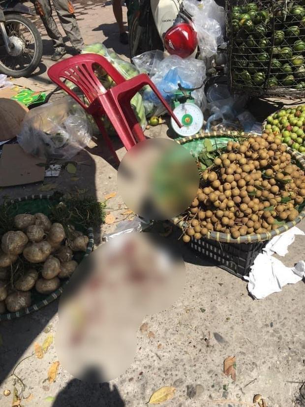 Hà Nội: Người phụ nữ bán hoa quả bất ngờ bị đâm nguy kịch - Ảnh 2.