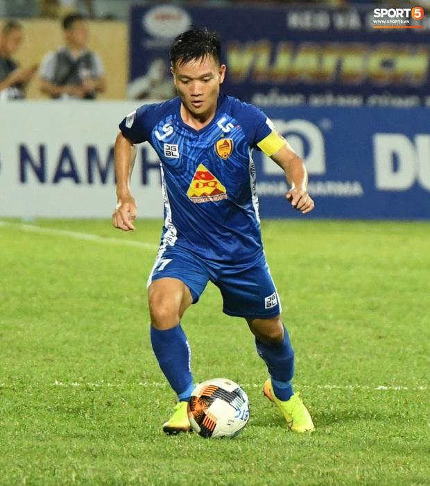 Đội trưởng Quảng Nam phát cáu vì đối thủ tự nhiên nằm sân, còn đội ngũ y tế thì quá chậm chạm - Ảnh 7.