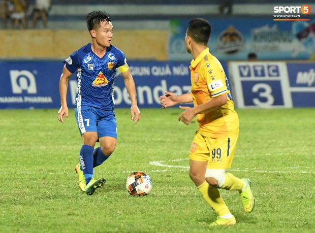 Đội trưởng Quảng Nam phát cáu vì đối thủ tự nhiên nằm sân, còn đội ngũ y tế thì quá chậm chạm - Ảnh 1.