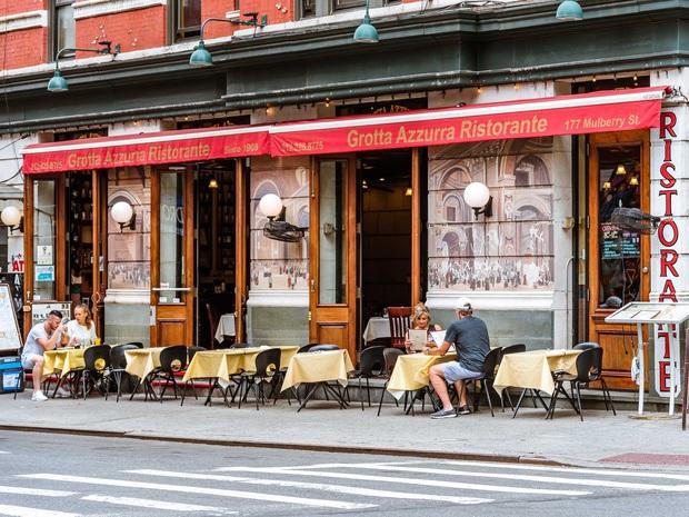 Sự trỗi dậy của loài chuột cống: Thực khách ăn uống ở vỉa hè New York liên tục bị chuột quấy rối và trấn lột thức ăn - Ảnh 4.