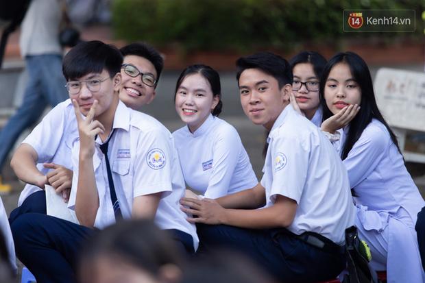 Dàn nữ sinh cực xinh của trường THPT Nguyễn Thị Minh Khai trong lễ bế giảng: Đẹp trong trẻo không tì vết! - Ảnh 13.