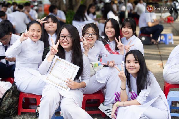 Dàn nữ sinh cực xinh của trường THPT Nguyễn Thị Minh Khai trong lễ bế giảng: Đẹp trong trẻo không tì vết! - Ảnh 14.