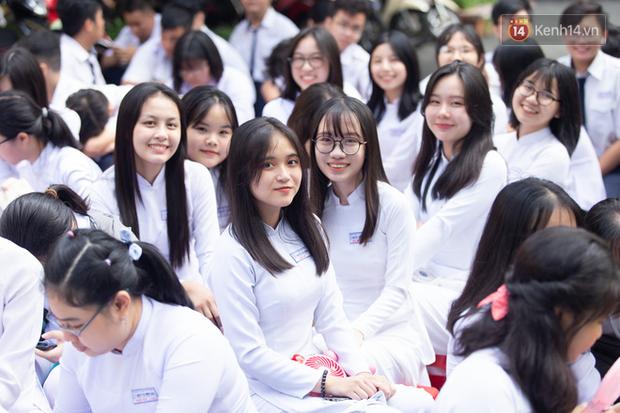 Dàn nữ sinh cực xinh của trường THPT Nguyễn Thị Minh Khai trong lễ bế giảng: Đẹp trong trẻo không tì vết! - Ảnh 1.