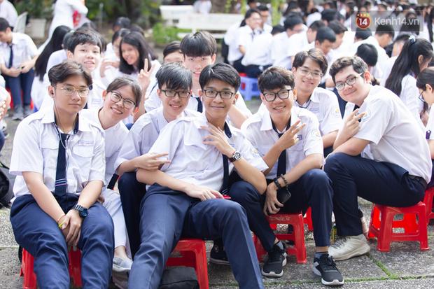 Dàn nữ sinh cực xinh của trường THPT Nguyễn Thị Minh Khai trong lễ bế giảng: Đẹp trong trẻo không tì vết! - Ảnh 12.