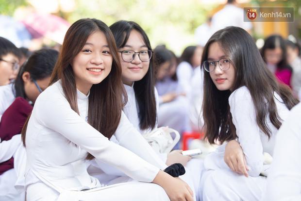 Dàn nữ sinh cực xinh của trường THPT Nguyễn Thị Minh Khai trong lễ bế giảng: Đẹp trong trẻo không tì vết! - Ảnh 4.