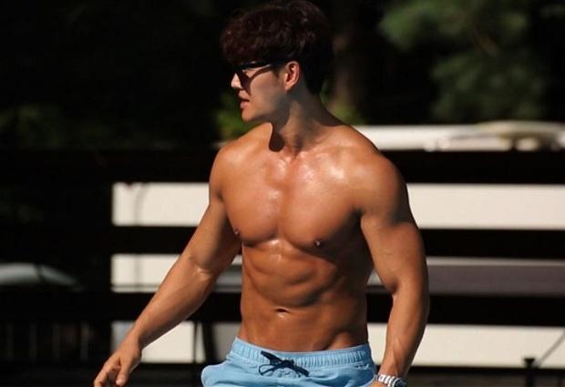 Kim Jong Kook lại gây sốt với màn khoe body 6 múi trên show thực tế - Ảnh 3.