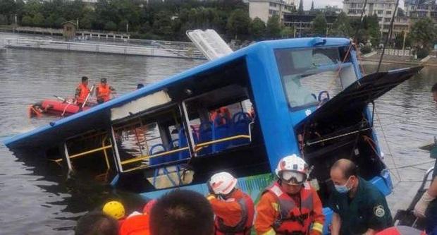 """Trung Quốc: Vụ xe bus lao xuống hồ là do tài xế """"trả thù xã hội"""" - Ảnh 1."""