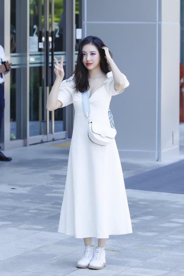 """Sunmi diện váy Zara rõ xinh nhưng các """"bánh bèo"""" có thể sắm váy na ná đẹp không kém với giá chỉ bằng một nửa - Ảnh 1."""