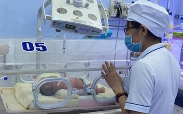 Tìm người thân cho bé trai sơ sinh bị bỏ rơi bên hẻm phố ở Tuy Hòa - Ảnh 1.