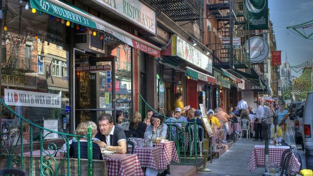 Sự trỗi dậy của loài chuột cống: Thực khách ăn uống ở vỉa hè New York liên tục bị chuột quấy rối và trấn lột thức ăn - Ảnh 3.