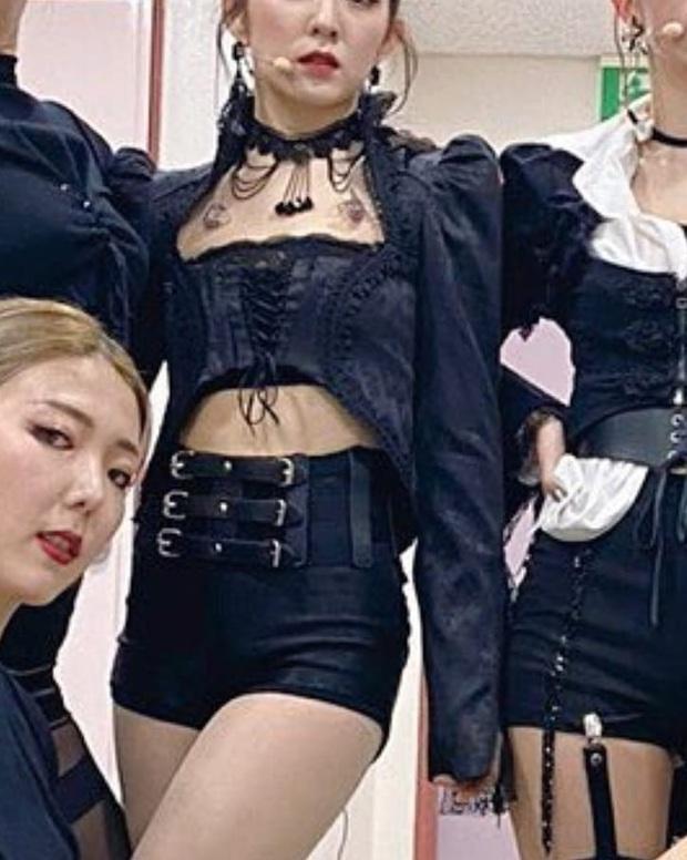 """Stylist Red Velvet """"lên tay"""": Chế áo cho Irene mặc sexy, quý tộc """"ăn đứt"""" người mẫu hãng - Ảnh 3."""