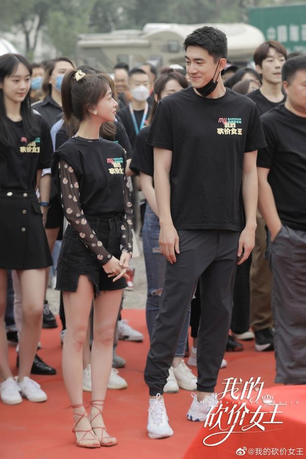 Hậu nằm nhà trị bệnh, Lâm Canh Tân tái xuất với ngoại hình khác lạ bên Ngô Cẩn Ngôn ở phim mới - Ảnh 2.