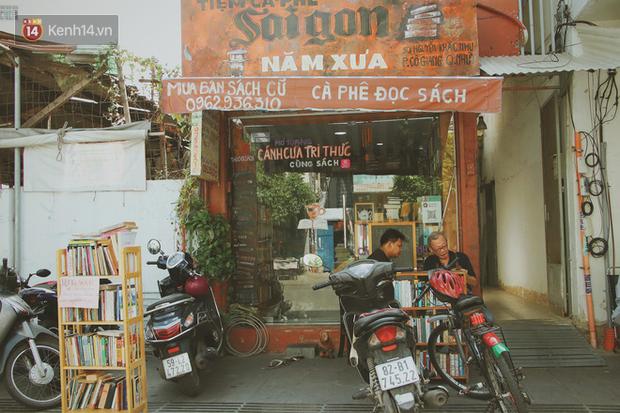 Gặp ông chủ quán uống cà phê trả tiền bằng sách độc nhất Sài Gòn: Mang 1 quyển sách tặng quán, nhận một phần nước bất kỳ - Ảnh 1.