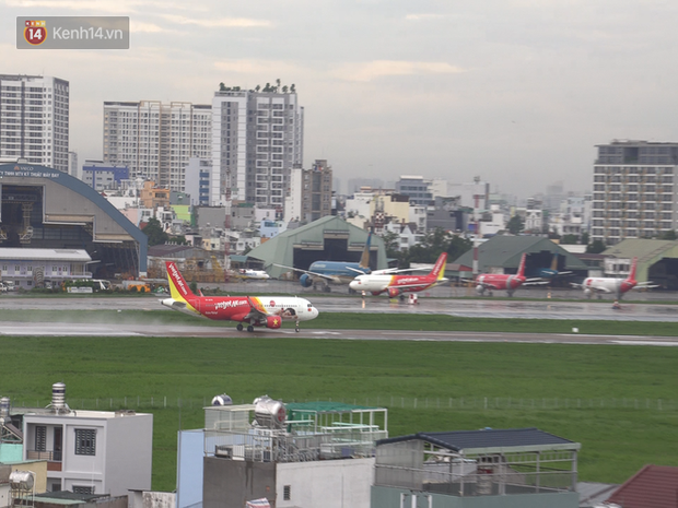 Sửa đường băng ở Nội Bài và TSN: Hành khách kêu trời khi liên tục bị delay, máy bay phải xếp hàng chờ cất cánh - Ảnh 7.
