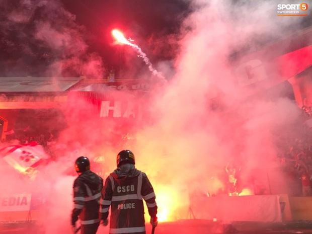 Nhìn lại biển lửa do CĐV Hải Phòng từng tạo ra trên sân Hàng Đẫy, năm nay BTC phải nhờ cảnh sát hình sự vào cuộc - Ảnh 1.