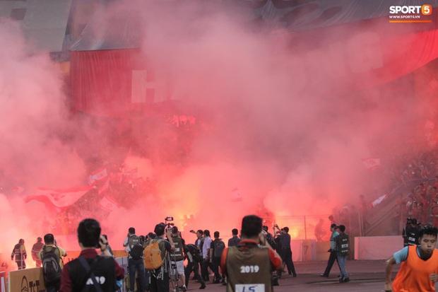 Nhìn lại biển lửa do CĐV Hải Phòng từng tạo ra trên sân Hàng Đẫy, năm nay BTC phải nhờ cảnh sát hình sự vào cuộc - Ảnh 5.