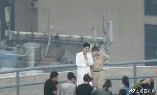 Dương Tử tình tứ nép vào lòng Tiêu Chiến tại hậu trường, fan hai nhà khẩu chiến đòi che màn hình khi xem phim - Ảnh 2.