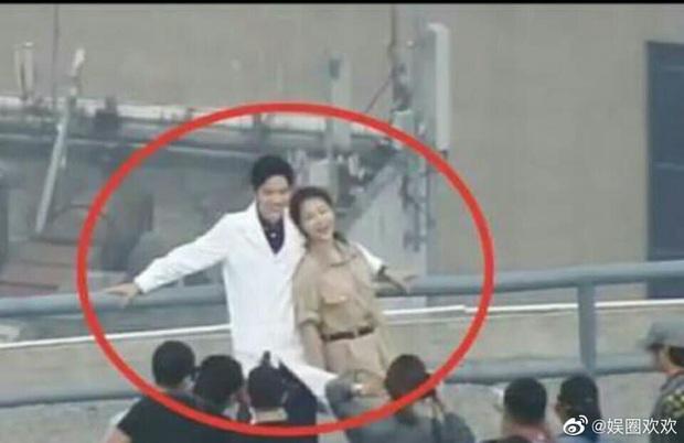 Dương Tử tình tứ nép vào lòng Tiêu Chiến tại hậu trường, fan hai nhà khẩu chiến đòi che màn hình khi xem phim - Ảnh 3.