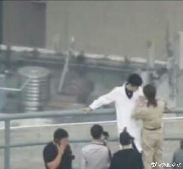 Dương Tử tình tứ nép vào lòng Tiêu Chiến tại hậu trường, fan hai nhà khẩu chiến đòi che màn hình khi xem phim - Ảnh 1.