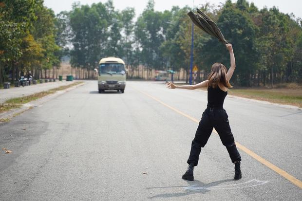 Hết chi mạnh dàn motor khủng cho cảnh rượt đuổi, Minh Hằng còn đu xe bus cực gắt ở hậu trường Kẻ Săn Tin - Ảnh 2.