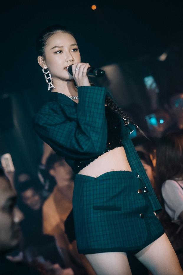AMEE lột xác diện outfit gợi cảm, hát live hit mới đầy tự tin trong lần hiếm hoi diễn tại quán bar - Ảnh 2.