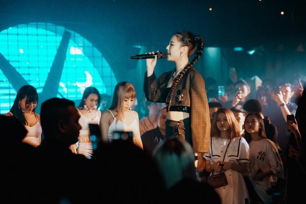 AMEE lột xác diện outfit gợi cảm, hát live hit mới đầy tự tin trong lần hiếm hoi diễn tại quán bar - Ảnh 4.