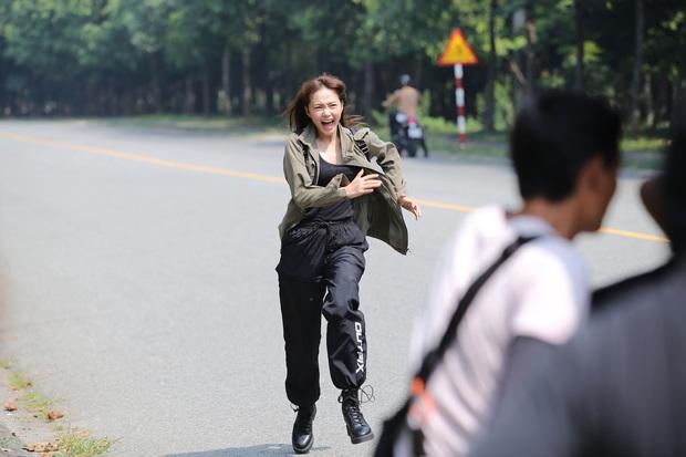 Hết chi mạnh dàn motor khủng cho cảnh rượt đuổi, Minh Hằng còn đu xe bus cực gắt ở hậu trường Kẻ Săn Tin - Ảnh 5.
