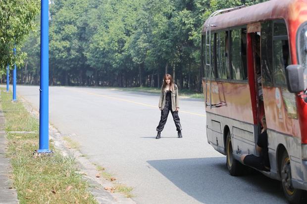 Hết chi mạnh dàn motor khủng cho cảnh rượt đuổi, Minh Hằng còn đu xe bus cực gắt ở hậu trường Kẻ Săn Tin - Ảnh 3.