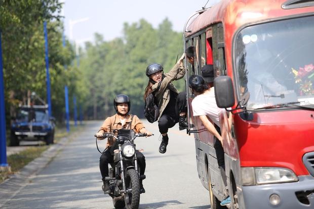 Hết chi mạnh dàn motor khủng cho cảnh rượt đuổi, Minh Hằng còn đu xe bus cực gắt ở hậu trường Kẻ Săn Tin - Ảnh 7.