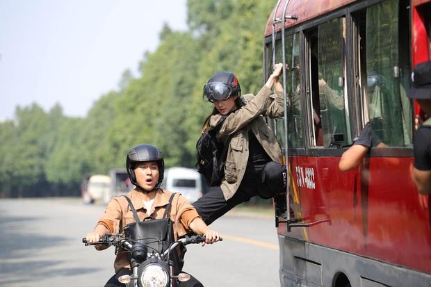 Hết chi mạnh dàn motor khủng cho cảnh rượt đuổi, Minh Hằng còn đu xe bus cực gắt ở hậu trường Kẻ Săn Tin - Ảnh 8.