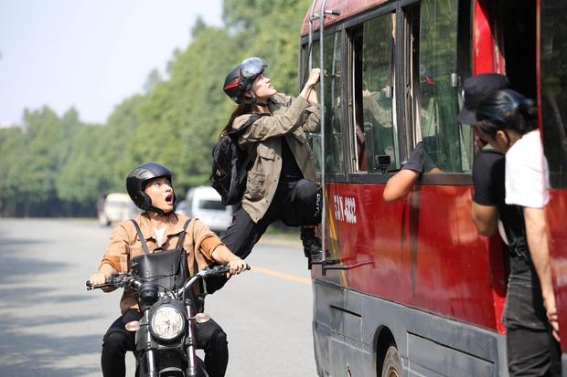 Hết chi mạnh dàn motor khủng cho cảnh rượt đuổi, Minh Hằng còn đu xe bus cực gắt ở hậu trường Kẻ Săn Tin - Ảnh 9.