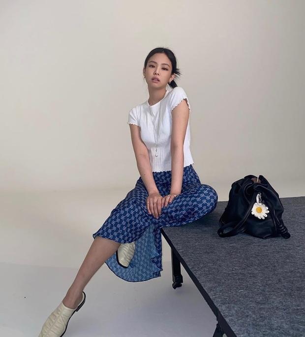 Jennie chỉ diện áo mỏng lấp ló nội y cũng khiến dân tình phát sốt, riêng chị em hóng được công thức cực xinh mát cho hè này - Ảnh 1.