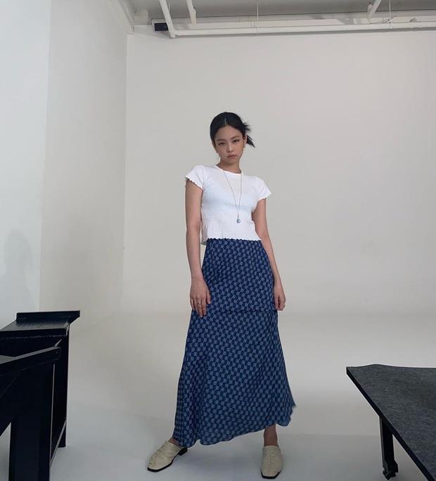 Jennie chỉ diện áo mỏng lấp ló nội y cũng khiến dân tình phát sốt, riêng chị em hóng được công thức cực xinh mát cho hè này - Ảnh 3.