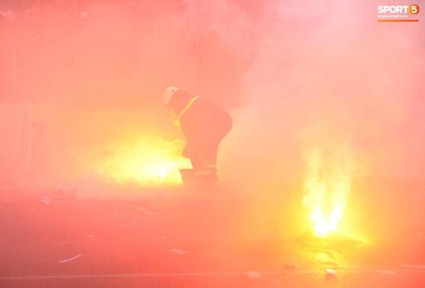 Nhìn lại biển lửa do CĐV Hải Phòng từng tạo ra trên sân Hàng Đẫy, năm nay BTC phải nhờ cảnh sát hình sự vào cuộc - Ảnh 6.