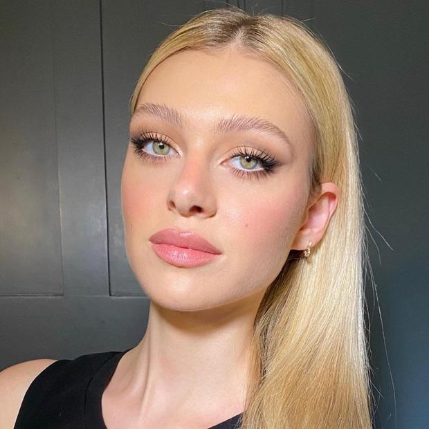 Ái nữ tỷ phú sắp cưới Brooklyn: Cô bé niềng răng ngố tàu thành mỹ nhân sang chảnh luôn makeup đơn giản, từng dính nghi án bơm môi - Ảnh 11.