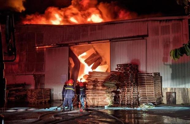 Hàng nghìn m2 nhà xưởng của công ty nội thất bị thiêu rụi trong đêm - Ảnh 1.