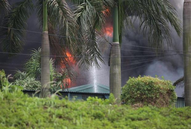 Vụ cháy hóa chất ở Long Biên: Phát sinh lượng lớn chất thải nguy hại - Ảnh 1.