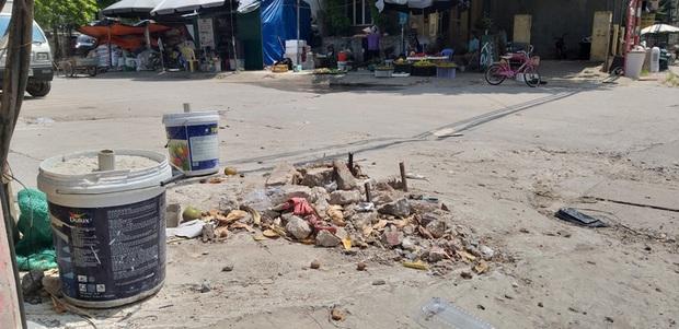 Vụ người phụ nữ bán hoa quả bị đâm tử vong ở Hà Nội: Một khách hàng đem 2 nghìn đồng đến hiện trường trả lại cho người đã khuất - Ảnh 2.