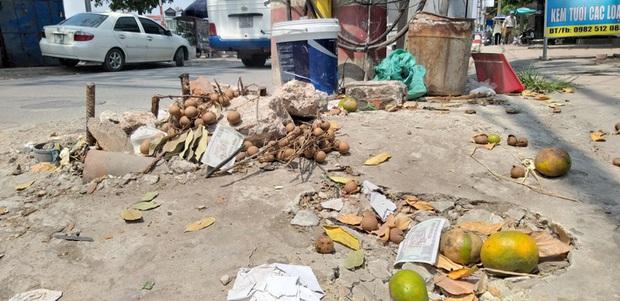 Vụ người phụ nữ bán hoa quả bị đâm tử vong ở Hà Nội: Một khách hàng đem 2 nghìn đồng đến hiện trường trả lại cho người đã khuất - Ảnh 3.