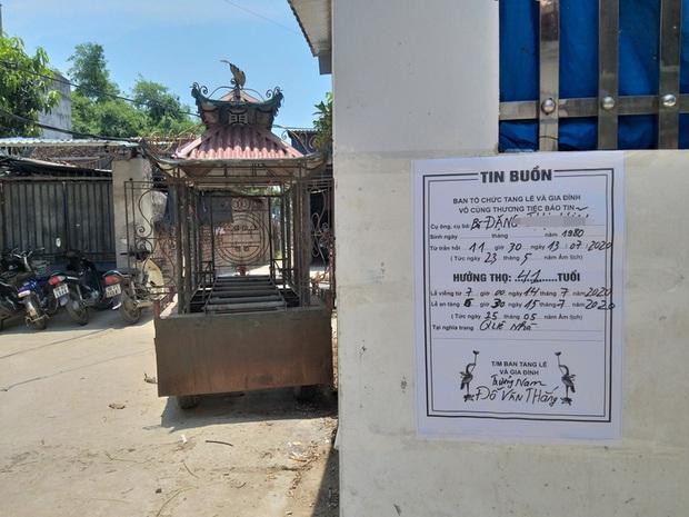 Vụ người phụ nữ bán hoa quả bị đâm tử vong ở Hà Nội: Một khách hàng đem 2 nghìn đồng đến hiện trường trả lại cho người đã khuất - Ảnh 4.